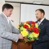 Мэр Евгений Писцов поздравляет Евгения Говоруху от лица всей администрации города.JPG