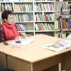 Зинаида Пилюкшина и Виктор Стасив общаются с гражданами в библиотеке ДК Современник 1.JPG