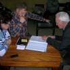 Каниф Фатихович показывает депутатам нарисованный им самим план модернизации дворовой территории.JPG