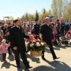 Корзину с цветами несут Председатель Думы Евгений Говоруха и его заместитель Александр Патрушев